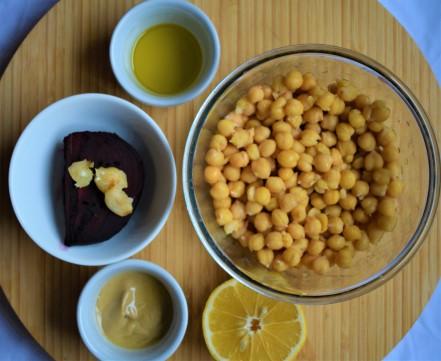 Ingrediente hummus cu sfecla rosie coapta pregatite pentru blender