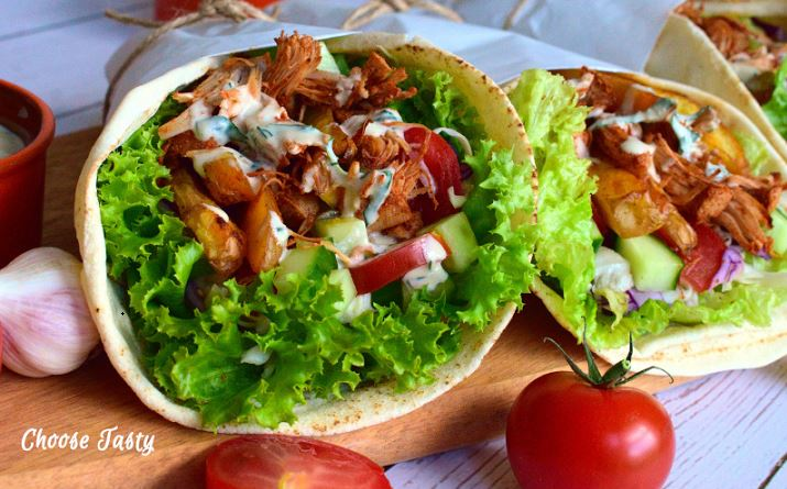 Shawarma vegana cu jackfruit, cartofi copti si sos din tahini