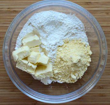 Ingrediente crusta tarta rustica: faina alba de grau, faina de porumb, unt vegan